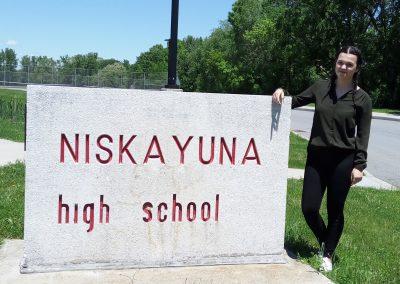 S kameným sloupem s názvem mé školy