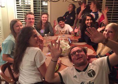 Přespávání 10 výměnných studentů v jednom domě