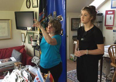 S host mámou v domácí pracovně