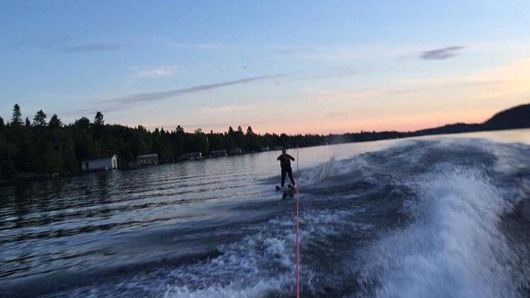 Vodné lyže na jazere