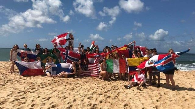 Všetci výmenní študenti na Waimanalo beach