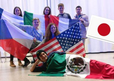 Výměnní studenti z celého města.