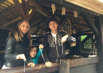 Návštěva středověké vesnice - výroba svíček