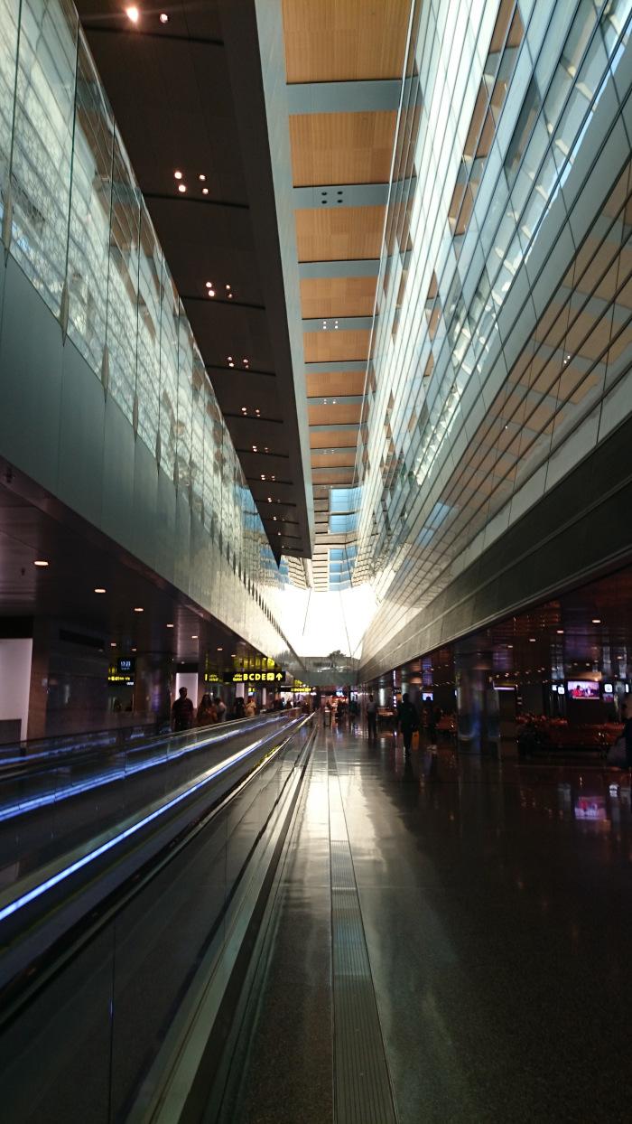 Letiště v Qataru, kde mají i malý vláček na převoz z jedné strany na druhou...