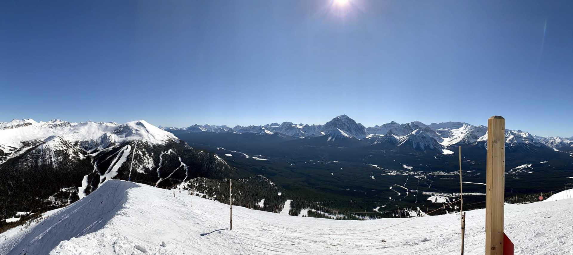 Výhled z lyžařského resortu Lake Louise na okolní Rocky Mountains
